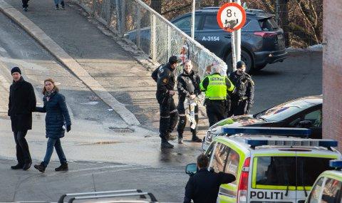 UNDERSØKELSER: Politiet gjør undersøkelser på stedet etter ulykken.