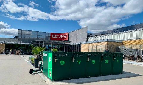 BOKSER: Et sykkelhotell har tatt form foran inngangen til kjøpsenteret CC Vest. Her er det plass til ti sykler. Det koster ingenting.