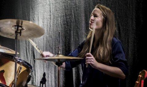 Trommeslager: Vigdis Sjelmo spiller trommer i flere band, som har base i Trondheim. Det meste er i landskapet rundt rock, jazz og improvisasjon. Til daglig jobber hun med museumsutvikling ved Kulturrådets avdeling i Bodø. Foto: Thor Egil Leitrø