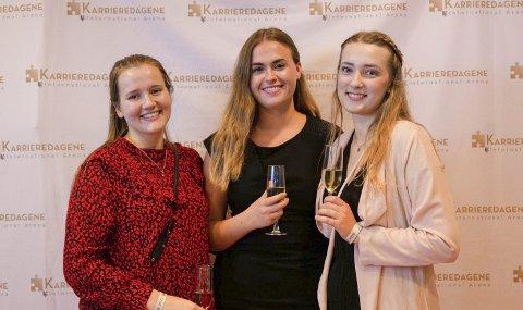 NHH-studentene (fra v.) Ingrid Stolt-Nielsen, Hanne Sofie Nygaard og Linn Antonie Vårdal Solheim mener høyskoler må tenke nytt når de skal rekruttere.