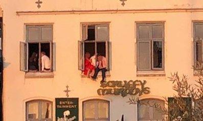 – Dette er ikke god HMS, sier en tipser til BA. Han reagerte da han så flere personer sitte med beina ut av vindu i tredje etasje på Torget.