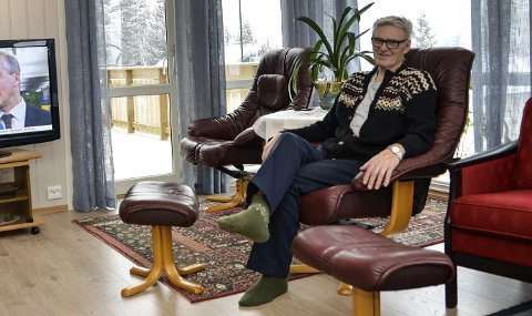 Trives:  Etter å ha flyttet inn  i november, har Oddvar Engeland (80) bare godt å si om den nye boligen i Krøderen sentrum. – Vi har alt på en flate, kort vei til butikken og flott utsikt til Norefjell, så her trives vi godt, sier Engeland. Det eneste han savner er flere naboer.