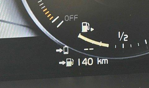 GODT HJELPEMIDDEL: Denne visningen begynner å bli svært vanlig i nyere biler. Her anslår bilen at du har 140 kilometer igjen til tanken er tom.