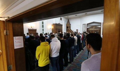 REAGERER: – Vi som trossamfunn kan ikke stå for slike holdninger, sier styreleder Mustafa Gezen. Dette bildet er tatt i en fredagsbønn ved en tidligere anledning, i januar i år.
