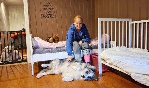 BEKYMRET: Natalie Sæle (33) har drevet hundepensjonat hjemme hos seg i tre år. Nå er hun bekymret for at firmaet skal gå konkurs, etter et vanskelig år med hundesykdom og korona.
