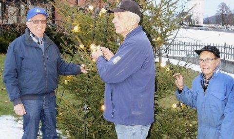 Gjør miljøet hyggeligere: Medlemmer i Kiwanis Club Øvre Eiker bidrar slik at beboerne ved Eikertun i Hokksund får det triveligere. Nå før jul har denne trioen satt opp fire juletrær ute. Fra venstre John Sanden, Bjørn Jakobsen og Arne Bråten.
