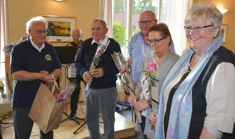 Ble takket: Rolf Elsness delte ut roser til de som var med og startet allsangen. F.h. Karin Juul Berget, Ann Kristin Moe, Bjørn Gundersen og Kjell Amundsen.