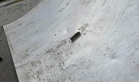FARLIG: En metallbit stikker opp fra en rampe ved lekeplassen utenfor rådhuset i Honningsvåg.