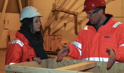 Fast tilsett: Elinora Høyvik Grimelid er på si første omvisning hos Westcon Subsea. Prosjektleiar Ole A. Smørdal fortel at det blir stor aktivitet på subsea-fabrikkering dei neste månadane. – Vi merkar mellom anna at aktiviteten har auka på Fjordbase i samband med vedlikehaldskontrakta vi har med Statoil på subsea-utstyr. foto: liv standal