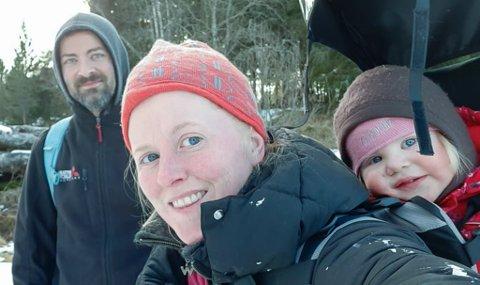 FAMILIE: Bak frå venstre: Asbjørn Ytrehus, Nina Sofie Gjelsvik og Solveig-Natalie Ytrehus Gjelsvik.