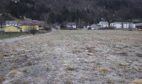 To dekar er sett av til kyrkjetomt i dette området. E39 går forbi på oppsida av jordstykket. og Hafstad vidaregåande ligg til høgre (utanfor bildet).