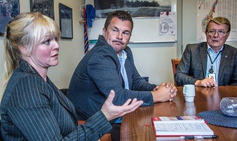 Kim-Erik Ballovarre,  i midten,  spør  om hvor mye innbyggerne på Hvaler er villige til å betale for å ha egen ordfører. Men Mona Vauger vil kjempe for å unngå kommunesammenslutning. Til høyre Eivind Borge, som gikk av som ordfører for et år siden..
