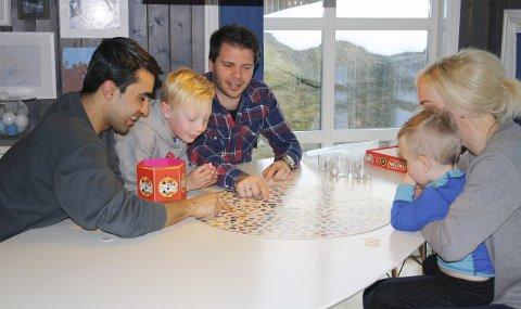 Brettspill: Å spille brettspill er en populær felles aktivitet når Walid og familien er sammen. Her kan alle delta, og Walid lærer flere norske ord i samme slengen. Begge foto: Hege Mølnvik