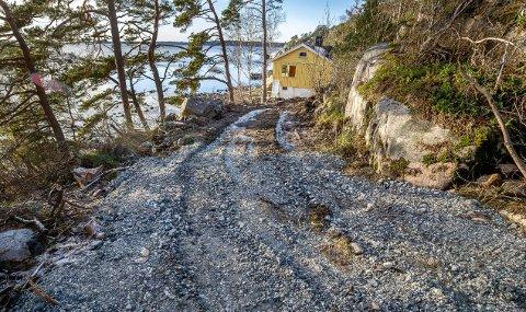 Ulovlig anleggsvei i strandsonen på Grimsøya. Anleggsveien går ned til Grønnsundveien 104.