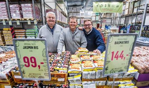 MYE MAT: Styreleder Petter Brovold (fra venstre) og gründerne Trond J. Laeng og Thor Johansen, her fotografert under åpningen avHoldbart.no på Råbekken, kan si seg fornøyde med fjoråret. Da solgte de 2.200 tonn dagligvarer og omsatte for nesten 85 millioner kroner.
