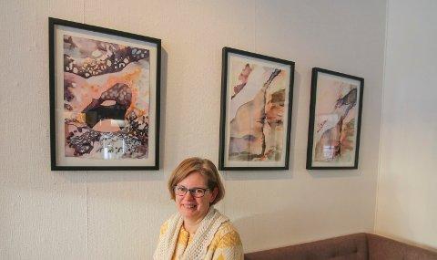 Endelig på veggen: Det er lenge siden May-Britt Skaugen hadde separatutstilling. Nå kan du se Kråkerøy-kvinnens arbeider i kafeen til kunstsenteret frem til 19. mars.