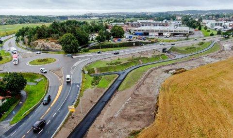 Åpnet fredag: Undergangen under riksvei 110 med et stykke ny gang- og sykkelvei sto ferdig fredag. Man går og sykler ned eller opp ved Mills, avhengig av hvilken retning man kommer fra.