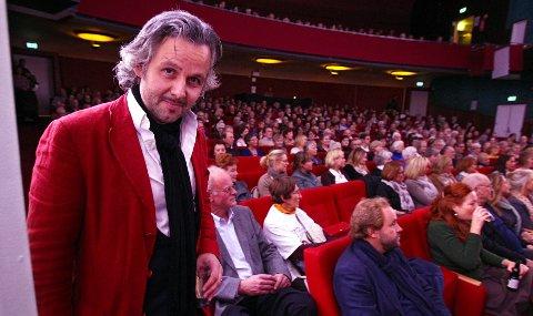 MOSSEFORFATTER: Et fullsatt Parkteater ventet Ari Behn under bokmessen i Moss i 2011.