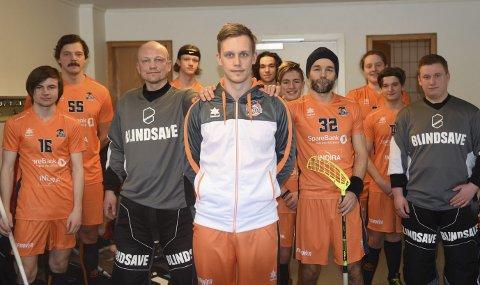 POPULÆR: I front, Max Davis-Lind, er populær spillende trener i Narvik Wizards. Nå er laget klar for sluttspill og kvalik om oppryk.k   Foto: Kolsvik