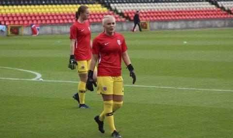 KEEPERNE: Hanne Larsen (foran) og førstekeeper Karen Sneve under treningsøkt i Skottland. Fredag er det nye sjanser for Norge, som møter vertsnasjonen Skottland i sin andre kamp i U19-EM.(Foto: Thomas Bløndal, NFF)