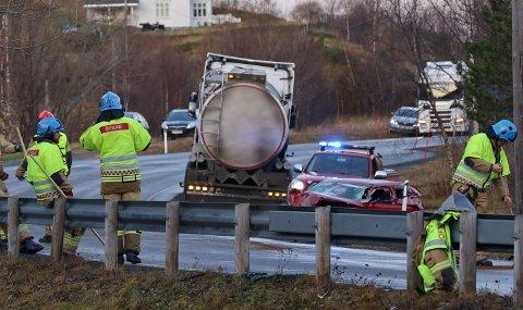 VRAK: Etter å ha blitt truffet av to tunge kjøretøy, var personbilen knust. Tankbilen på bildet var den andre.