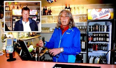 PÅ KROA: Styreleder Odd Carm (innfelt) og Svein Eide har har brukt tappekrana de siste månedene. Nå risikerer de at ølet også forsvinner ned i sluket.