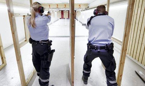 TIL SKYTETRENING: Kongsvinger-politikerne har vedtatt å bygge ny utendørs skytebane på Sæter med en kostnadsramme på drøyt 50 millioner kroner. Hensikten er å gjøre politihøyskolens avdeling på Sæter attraktiv for politiutdanning i framtida. Bildet er tatt på en innendørs skytebane et annet sted i landet. ILLUSTRASJONSFOTO: Gorm Kallestad / NTB scanpix