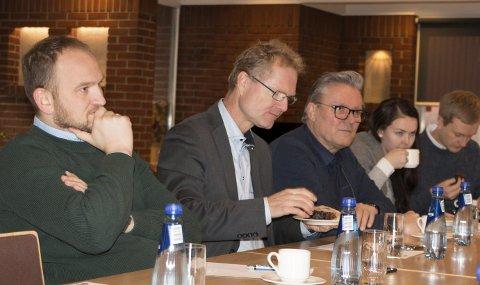 E16-BESØK: Samferdselsminister Jon Georg Dale (Frp, nærmest) lyttet til argumentene fra lokale ordførere og lastebilnæringen om hvorfor den gjenstående E16-utbyggingen bør overlates til Nye Veier. Ved siden av sitter stortingsrepresentant Tor André Johnsen (Frp) og vararepresentant Johan Aas (Frp) under møtet på Slobrua gjestegård.