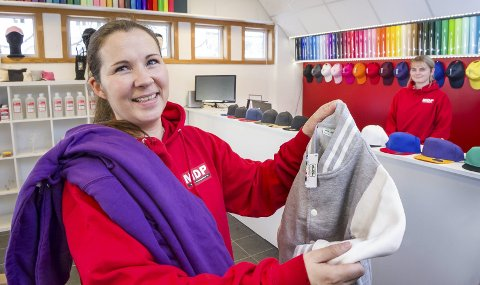 REKLAME: MDPsupplies har flyttet inn i Snarebygget, i lokalene som ligger nærmest Bankparken i Glommengata. Lena Fladby viser fram eksempler på klær de levere til firmaer som trykker reklame på dem. Bak disken Thea Melby.