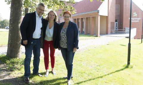 FORSVARSFLYTTING: Kongsvinger Arbeiderparti vil flytte 25 kontorarbeidsplasser i Forsvaret fra Kjeller til Kongsvinger senest i 2023. Medlem i forsvarskomiteen, Anniken Huitfeldt (midten) synes forslaget fra ordfører Sjur Strand og Elin Såheim Bjørkli er meget interessant.