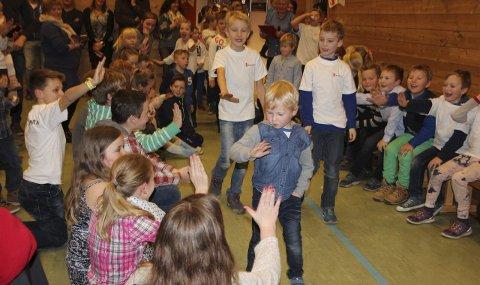 BLE FEIRET: Anders Nikolai Dæhlen (5, snart 6) gikk til topps i ballkaste-konkurransen. Han tok «high five» med skolekameratene etter finalen.