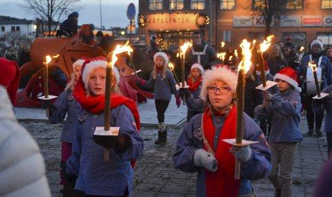 FAKKELTOG: Før julegrana skulle tennes, gikk små og store i fakkeltog gjennom sentrum, fra nordenden av Storgata og til torget.