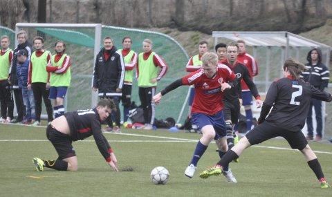 STERK: John Kristian Hilden styrte midtbanen i Brandbu sitt comeback i seniorfotballen. Solvoll/Trevann ble slått 5–2 på Brandbu stadion torsdag kveld.