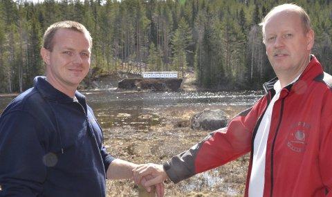 ENKLERE: Arne Olav Olsen (til venstre) og Odd Ragnar Bredviken foran skivene på 100-metersbanen, som har fått nye heiser hvor man kan få dem opp og ned ved bare å trykke på en knapp i stedet for å heise dem manuelt.
