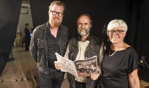 INVOLVERTE: Stein Solberg med musikalens programhefte, flankert av Terje Støldal (bass) og Liv Frengstad (cello).
