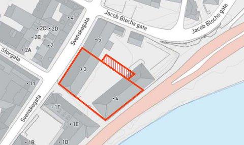 TO EIERE: Lilletorget Halden AS med blant andre Thore Lærum i spissen eier tomta som halvparten av den gamle helsestasjonen ligger på (til høyre i bildet). Det skraverte feltet er parkeringsplasser som Lilletorget Halden AS har solgt til beboere i Svenskegata 1. Kommunen eier resten av kvartalet.
