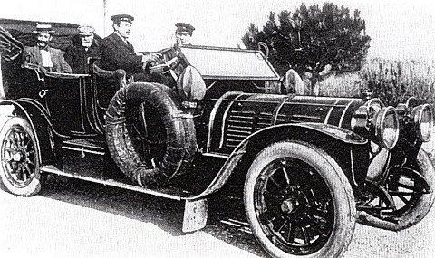 Fredrikshalds første: Mads Wiel var den første med egen bil i Fredrikshald. Her er hans Delaunay Belleville avbildet før avreisen fra Frankrike.