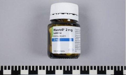 - Politiet advarer mot å bruke Rivotril som stammer fra glass inneholdende 100 tabletter med 2 mg. styrke med Batch med nr. E1048E1. Politiet kan ikke si noe om innholdet annet enn at det ikke stemmer med det som står på forpakningen, uttalte politiadvokat Kari Karlsen Aas i mars i år.