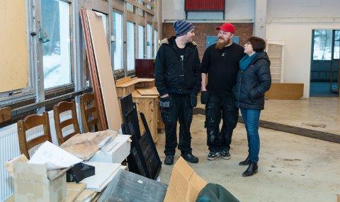 MENINGSFYLLT: Daniel Skoglund og Dag Kjetil Arnvard mener møbellageret gir god arbeidserfaring. Det er leder hos Hamar Aktivitet & Arbeid, Kari Engebretsen, enig i.
