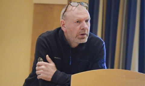 """Knut Nylend i Statens naturoppsyn forklarer korleis dei skal handtere villrein som er i ferd med å krysse over i """"raud"""" sone. Arkivfoto: Kristin Eide"""
