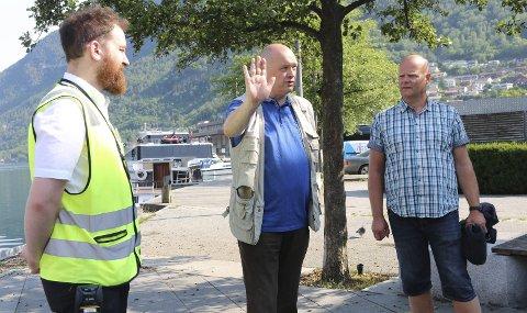 Rundtur i sentrum: F.v. Trafikkbetjent i Odda Parkering Ivan Jonsson, daglig leder Kjetil Skjeie og Espen Johnsen, utdanningsansvarlig i Norpark. Foto: Eivind Dahle Sjåstad