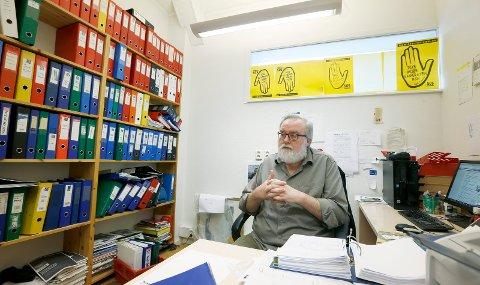 På kontoret: – Aktiviteten i Haugesund SOS Rasisme er ikke noe å skryte av for tiden, sier Kjell Gunnar larsen når vi treffer han på kontoret. Foto: Harald Nordbakken