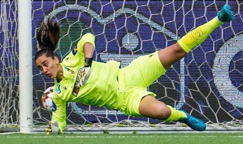 KAN IKKE LASTES FOR BAKLENGSMÅLENE: Det ble fire baklengsmål på Avaldsnes-keeper Victoria Esson mot Rosenborg i kvartfinalen søndag. Tre av disse kom i kampens siste minutter.
