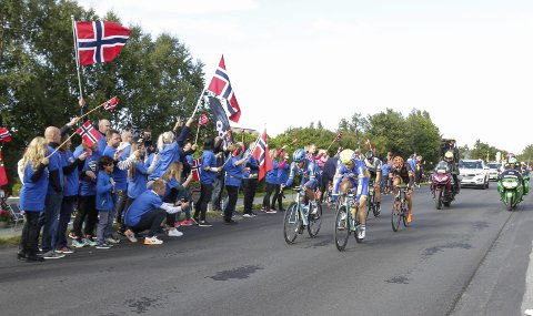 Fullt av folk rundt løypa i Sandnessjøen på andre etappe av Arctic Race of Norway (fra Mo til Sandnessjøen)