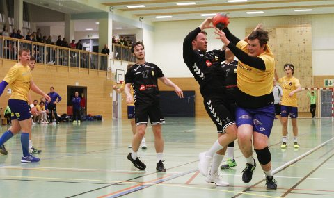 KJEMPET GODT: Leirfjordhallen håndball. 3. divisjon herrer Sandnessjøen - Steinkjer 26-35 (14-18). Hans-Kristian Skoglund Antonsen på vei gjennom, og han scoret tre ganger