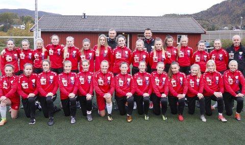 TIL BODØ: Denne gjengen skal til Bodø for å spille KM-finaler. Både J13 og J14 fra Halsøy IL er klar for finalene i KM, og de har trent sammen hele sesongen. – Det er en sammensveiset gjeng som har trent hardt hele sesongen. sier Tor Anders Johansen.  FOTO: PER VIKAN