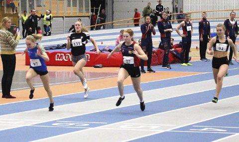 JEVNT: Nora Brandsnes Pedersen, SIL foran  Mina Hofstad, Hattfjelldal på 60m i J15. Det ble en tett og jevn duell og Nora vant med åtte hundredeler.  Foto: Privat