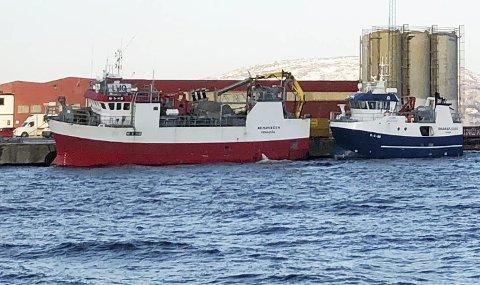 """Nyinvestering: Shellsea har nylig kjøpt fiskebåten """"Remøybuen"""" som her ligger til kai i Sandnessjøen foran selskapets innleide båt """"Skarsfjord"""". """"Remøybuen"""" skal omklassifiseres til brønnbåt og skifte navn."""