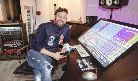 FLYTTER INNENDØRS: Fred Endresen har jobbet mye på studioet sitt med musikk og planlegging av premeiseremonien til NNM som egentlig skulle foregå på torget i Mosjøen. – Nå har vi flyttet til Mosjøhallen, og det tror jeg blir like bra, sier han.  FOTO: PER VIKAN
