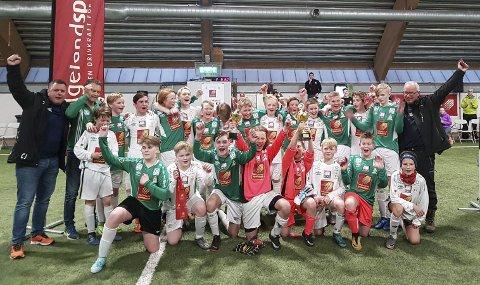 HJEMMESEIER: Olderskogs to lag i gutter 13/14 møttes i finalen. Her er begge lagene etter kampen, og alle jublet. Foto: Øyvind Nordgård
